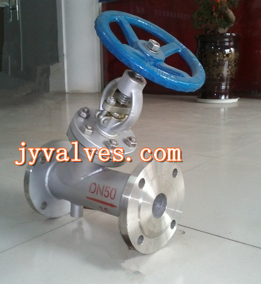 直流式保温截止阀BJ45W/H工作原理: 直流式保温截止阀BJ45W/H具有良好的保温保冷特性,同时又能有效降低管路中介质热量损失。BJ45H/W直流式保温截止阀是根据Y型截止阀两法兰之间焊装夹套,阀门的侧面、底部设置有保温夹套的两个连接口,用于注入蒸汽或其它保温、保冷介质,确保阀内介质能够正常工作。直流式夹套保温截止阀采用整体式夹套结构设计,更能均匀地保温、保冷,夹套采用碳素钢管焊接比铸造的更加耐压牢固。保温阀门阀体外侧与夹套接管焊接,允许蒸汽或冷水的最高压力为1MPa。 Y型直流式保温截止阀型号: 铸